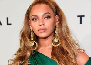 Fuertes críticas por un beso: Beyoncé y Hardwick.